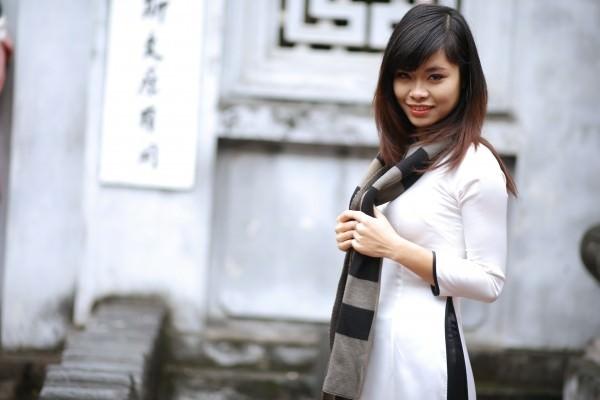 Ragazza cinese con cappotto bianco