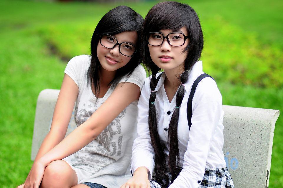 ragazze cinesi sedute sulla panchine del parco
