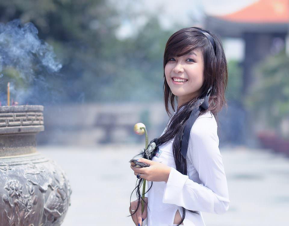 Ragazza cinese in abito bianco