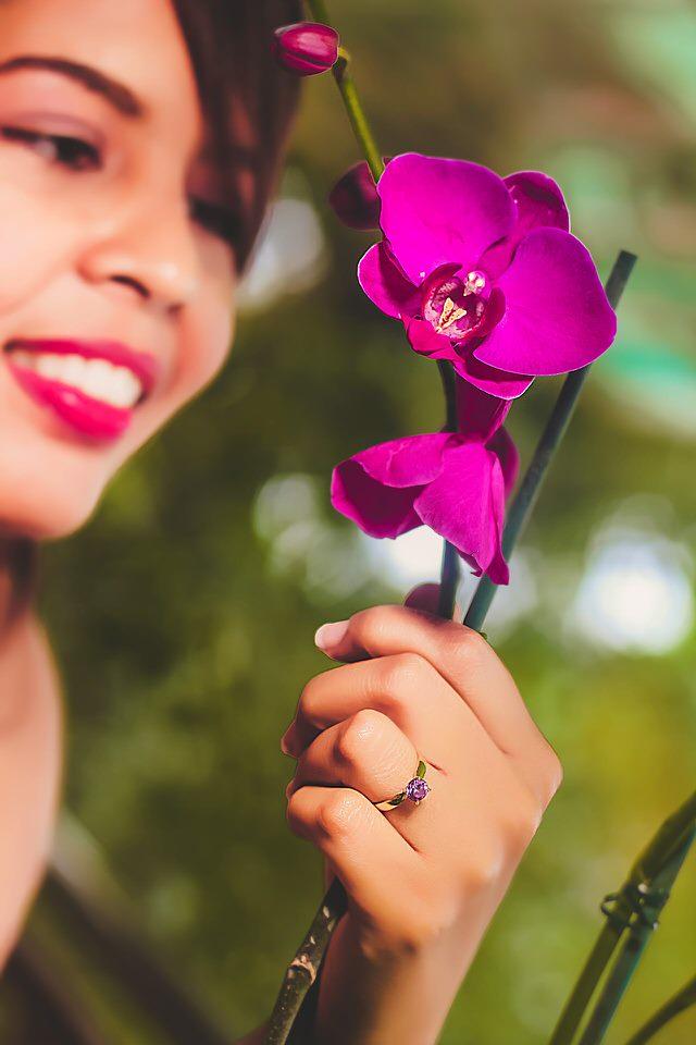 Ragazza cinese che tiene in mano un fiore