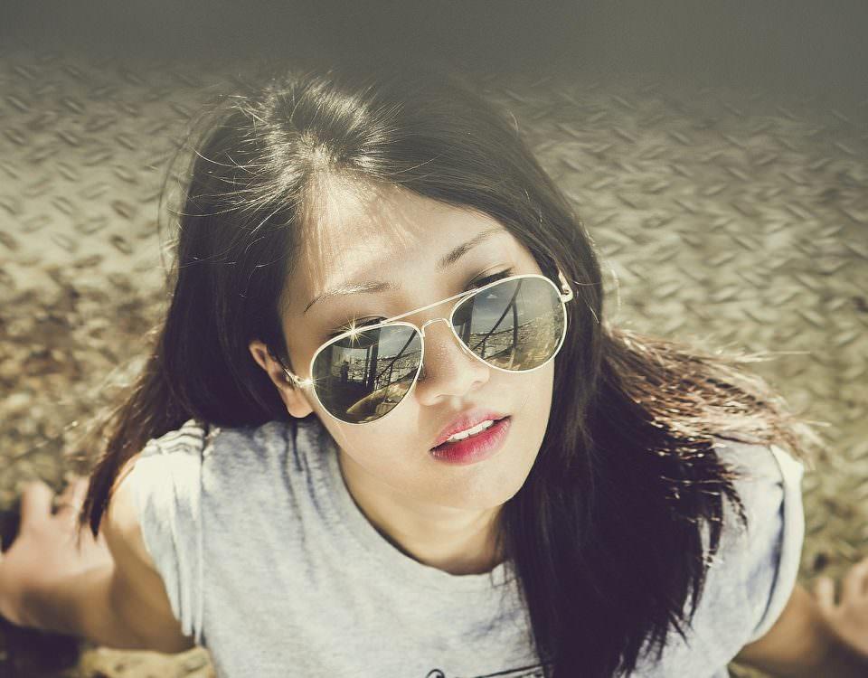 foto di ragazza cinese con occhiali da sole