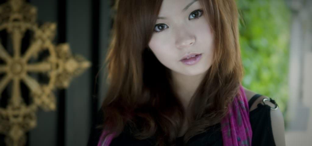 ragazza cinese con sciarpa rosa