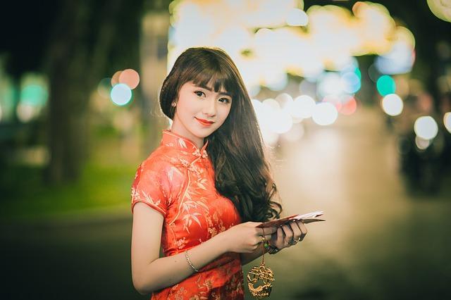 ragazza cinese con vestito rosso in città