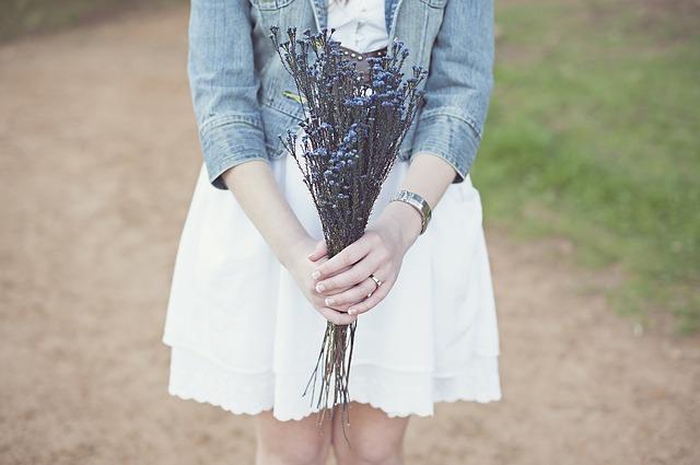 ragazza cinesi con fiori in mano